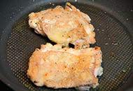 カリカリチキンステーキ チーズとりんごのサラダ添え